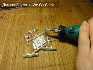 Обпиливаем дремелем края подсветки, чтобы получить доступ к контактам резистора