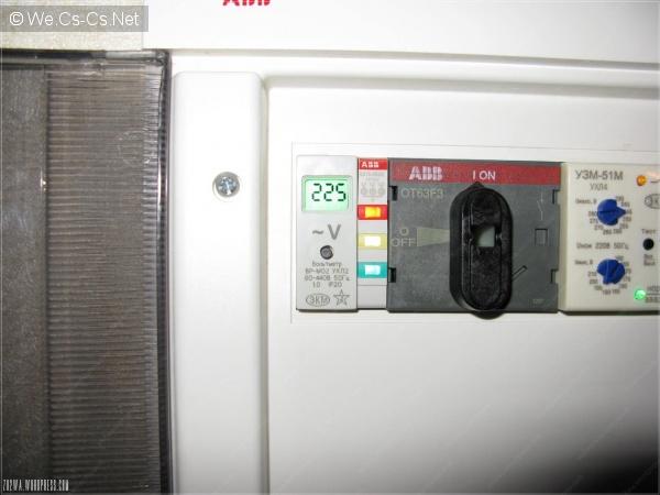 Фотография работающего вольтметра при искусственном освещении.